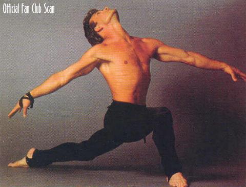 Актер с балетками на ногах